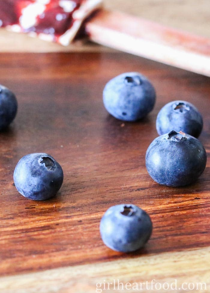 Some fresh blueberries on a wooden board.